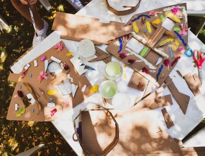 Δημιουργώντας αφρικανικές μάσκες στην αυλή
