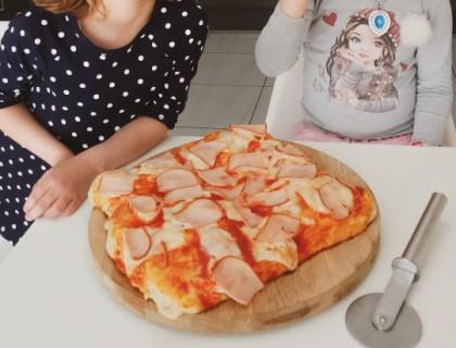 Μια υπέροχη ιταλική πίτσα με φρέσκα υλικά
